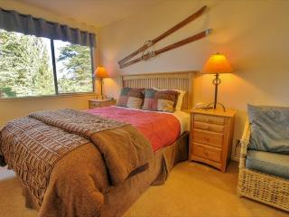 Fine lodge, access to pools, hot tub, & tennis, near skiing!, Truckee