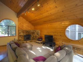 Stylish rustic home w/jetted tub w/shared pool & hot tub!, Truckee