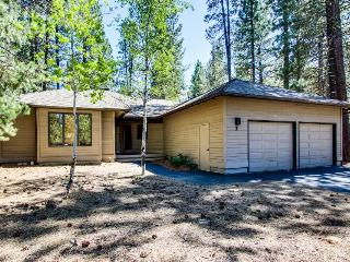 Pet-friendly home w/private hot tub, space for 10!, Sunriver