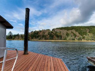 Riverfront, pet-friendly cabin near Siuslaw National Forest., Waldport