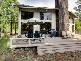 Cozy home with private hot tub, sleeps 8, SHARC access, Sunriver