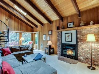 Spacious Mt. Hood lodge with backyard hot tub & zipline!, Rhododendron