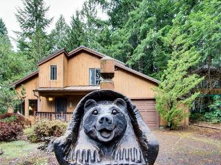 Spacious Mt. Hood lodge with backyard hot tub!, Rhododendron
