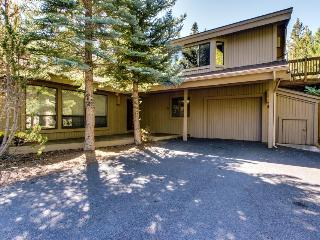 Pet-friendly mountain cabin with private hot tub, near SHARC, Sunriver
