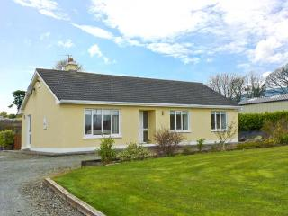 HILLSIDE COTTAGE, detached bungalow, with open fire, en-suite bedrooms, enclosed decked area, near Killaloe, Ref 23924