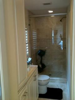 Bathroom - Travertine tile walkin shower