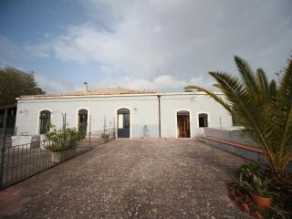 Etna countryhouse with beautiful View on the Coast. 6/8 places, Mascali