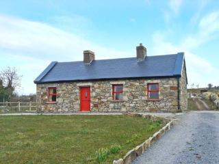 BIDNEY'S COTTAGE, single-storey, multi-fuel stove, countryside views, near Dunmore, Ref 24209