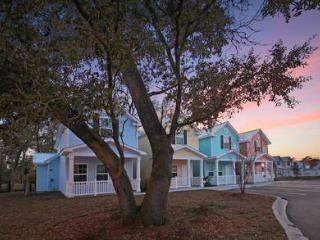 New 3 Bedroom Cottage with a Pool, WiFi, and is Only a Walk to Beach, Myrtle Beach