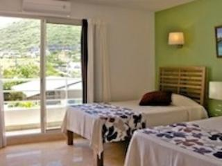 Tamarin Beach Apartments: Second bedroom with twin beds