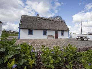 Gorgeous Thatched Cottage right on Galway Bay