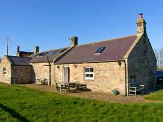 THE READING ROOMS, WiFi, pet-friendly, fantastic touring base, wonderful views, in North Charlton near Alnwick, Ref. 25483