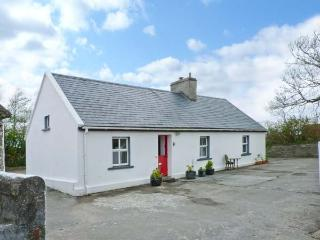 FARM COTTAGE, character single-storey cottage with woodburner, tranquil setting, ideal for touring, Kilmihil Ref 10443, Crossmaglen