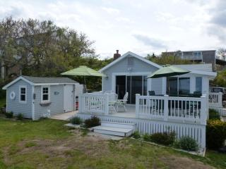 Ocean front rustic cottage overlooking sandy beach, Plymouth