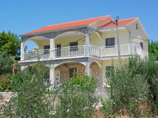 Comfortable Villa steps from the beach, Vela Luka