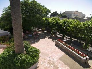 This comfortable house is situated in the center of Anacpari, just a 7 minute drive from Capri's square. LDG ANT
