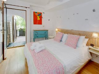 Magnolia- Outstanding 2 Bedroom Apartment with Balcony, in Old Town Nice, Niza