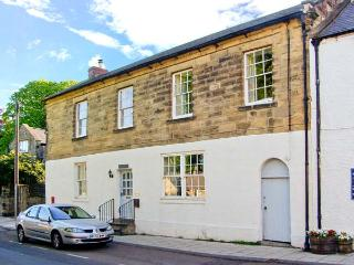 THE OLD POST OFFICE, coastal cottage, en-suites, woodburners, in Alnmouth, Ref 26012