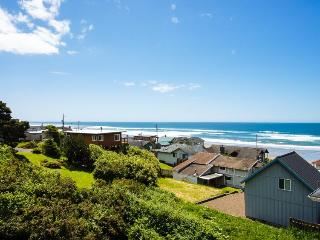Three-level getaway with ocean views, private hot tub!, Lincoln City