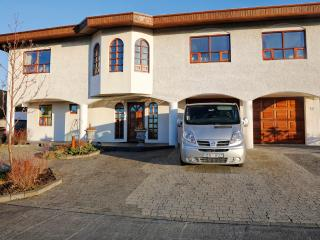 B14 cozy quiet with private parking, Budir