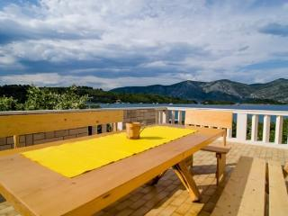 Apartment Vlaho for 8 near the sea, Racisce