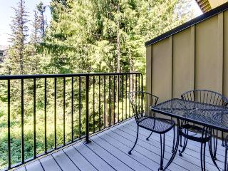 Modern and warm condo with pool, hot tub, sauna access, Government Camp