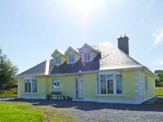 THE BUNGALOW, pet-friendly, ground floor bedroom and wet room, pool table, great family cottage, in Kilchreest, Ref. 27241