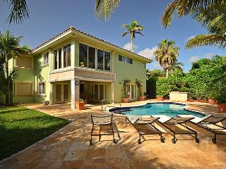 Heated Pool 4 Beds, Loft, 3 baths, 2-car Garage  *East Boynton* 5 min to the Beach* Sleeps 12+ in Boynton Beach