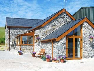 PENDRE UCHAF, pet-friendly, lovely views, enclosed garden, near Ruthin, Ref. 17683