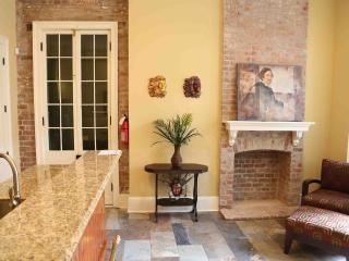 Beautiful 2 BR French Quarter Condo 60 DAY MINIMUM, New Orleans