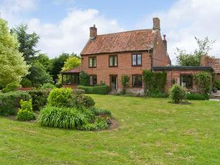 LYONS GREEN close to fishing, open fire, family-friendly in Little Fransham Ref 24558