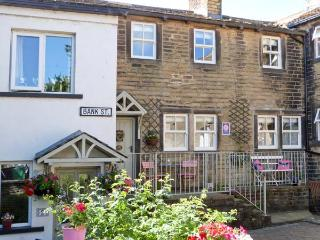 THE NOOK, quality cottage, woodburner, en-suite bedrooms, two mins from shop and pub, in Haworth, Ref 22583 - West Yorkshire vacation rentals