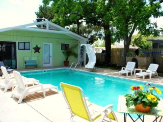 Dancing Oaks - pet friendly beach house w pool, Carolina Beach
