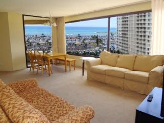 Spacious Oceanview 2BR Apt, Honolulu