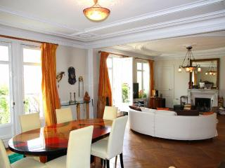 All Inclusive 3 Bedroom Apartment Near the Eiffel Tower, Paris