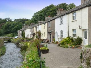 LAVENDER COTTAGE, pretty terraced cottage, romantic retreat, close to village amenities in Cark, Ref 27327