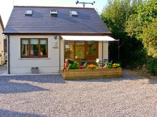 CWTCH, WiFi, two en-suites, patio, delightful holiday cottage close to Kilgetty, Ref. 28641
