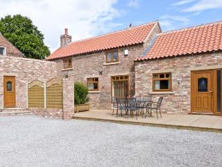 PARTRIDGE COTTAGE, luxury with hot tub, romantic retreat, four poster bed, in Stamford Bridge, Ref 16094