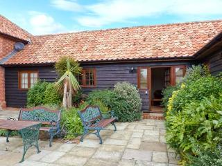 POPPY COTTAGE, stable conversion, single-storey, king-size bed, romantic retreat, near Little Glenham and Saxmundham, Ref 28484
