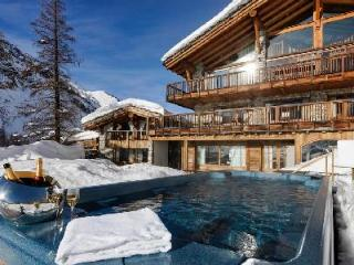 Sophisticated Chalet Le Chardon, ski in/out, fabulous sun terrace and hot tubs, Val d'Isere