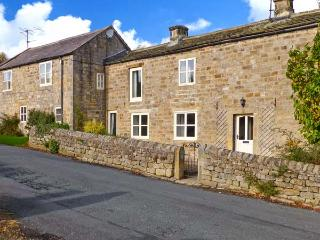 HOOKSTONE HOUSE, stone-built cottage, en-suites, woodburner, pet-friendly, ideal for families, near Darley and Harrogate, Ref 28828