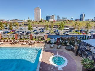 Stay Alfred Gorgeous Pool & Easy Walk Downtown 1N2, Nashville