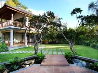Luxury Hillside Villa with hanging Infinity Pool, Pecatu