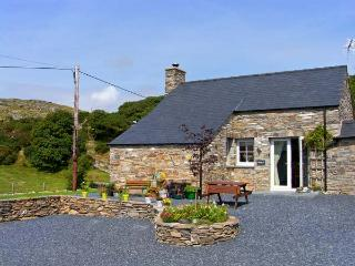 GARTH MORTHIN THE STABLES, pet-friendly, woodburner, WiFI, close to the beach, lovely luxury cottage near Morfa Bychan, Ref. 27053