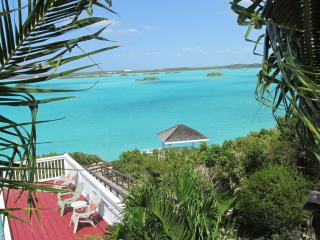 Aqua View Villa, Stunning Pool, Waterfront-  Book NOW !!, Providenciales