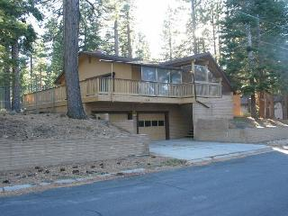 Spacious, comfortable home with private hot tub that backs to the forest!, South Lake Tahoe