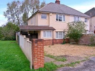 EXPLORER HOUSE, family and pet-friendly cottage, enclosed decked area, ideal touring location, in Poole, Ref 21632