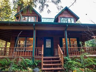 Moose Manor - 15% OFF Through NOV 1st -On Sandy River! Hot Tub- WiFi, Rhododendron