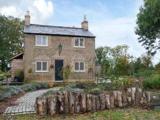 SHORTMEAD COTTAGE, Victorian farm cottage, double-ended bath, multi-fuel stove, on owner's estate, near Biggleswade, Ref 23362