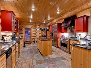 River Lodge-Log home with private fishing access, Breckenridge